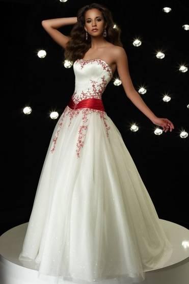 Vestido de 15 años Blanco con bordado rojo