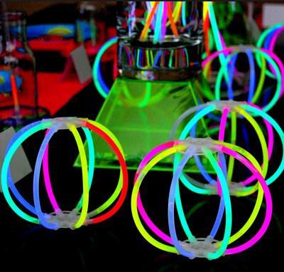 mesa con adornos de neon